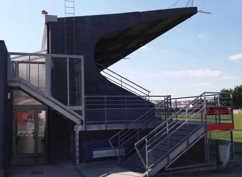 Des panneaux photovoltaïques sur le toit de la tribune du stade de Rugby de Trignac: la vidéo